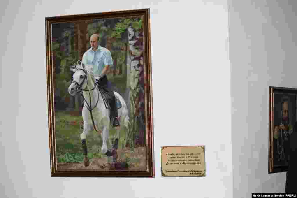 Портрет президента России Владимира Путина также размещен в выставочном зале мемориального комплекса.