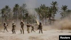 """جنود عراقيون يطلقون نيران مدفعية في مواجهات مع مسلحي """"داعش"""" في جرف الصخر"""
