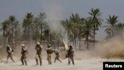 Бағдаттың оңтүстігінде ИШИМ сарбаздарымен соғысып жатқан Ирак армиясының жауынгерлері. 30 маусым 2014 жыл