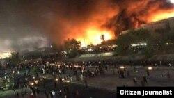 تصویری که در شبکههای اجتماعی از به آتش کشیده شدن ساختمان کنسولگری ایران منتشر شده است