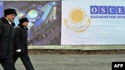 Полицейские патрулируют улицы Астаны перед саммитом ОБСЕ. 30 ноября 2010 года.