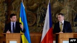 Павло Клімкін (л) і Лубомір Заоралек (п) на прес-конференції у Празі, 19 травня 2015 року