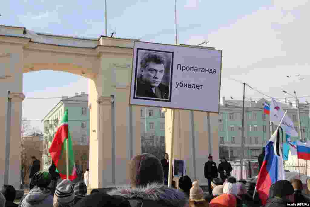 """Пропаганда үтерә"" шигаре һәм Немцов фотосы бер сурәттә"