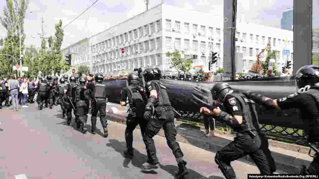 Представители Национальной полиции Украины старались оперативно реагировать и пресекать любые провокации со стороны противников проведения Марша равенства в Киеве