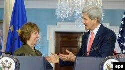 Жонн Керри (оңдо) жана Катерин Эштон АКШ Мамдепартаментиндеги пресс-конференцияда. Вашингтон, 6-май 2014