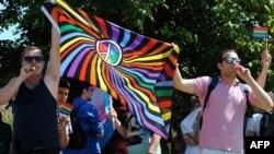 Гей-парадқа қатысып тұрған белсенділер.