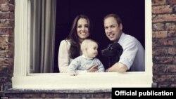 Princi George me prindërit e tij - Dukën dhe Dukeshën e Kembrixhit