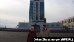 Житель села Калачи Виктор Лукьяненко и жительница поселка Красногорский Лидия Чабанова (слева). Астана, 2 ноября 2016 года.