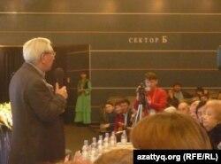 Мырзатай Жолдасбеков ақындар айтысында сөйлеп тұр. Астана, 2 желтоқсан 2011 жыл.