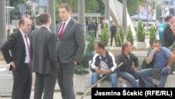 Marko Đurić i sprski zvaničnici na dan postavljanja žardinjera na mostu u Mitrovici, 18. juni 2014.