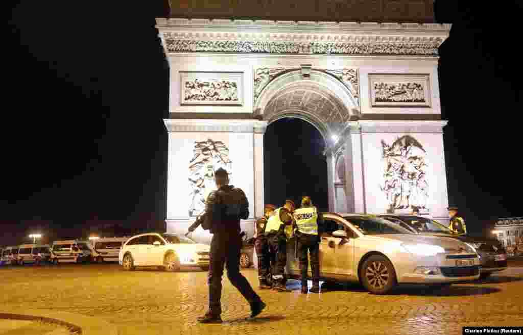 Французские полицейские контролируют соблюдение карантина во время празднования Нового 2021 года