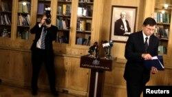 Լատվիա -- Վարչապետ Վալդիս Դոմբրովսկիսը հեռանում է մամուլի ասուլիսից, 27-ը նոյեմբերի, 2013