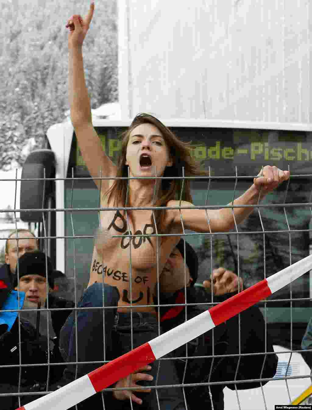 Швейцарські поліцейські затримали Оксану Шачко під час протесту на Всесвітньому економічному форумі в Давосі у 2012 році. Співзасновниця Femen Ганна Гуцол розповіла Радіо Свобода: «Наскільки мені відомо, вона була стурбована тим, що все йде погано у світі»