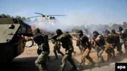 Украинанын Улуттук гвардиясынын жоокерлери Киевдин жанында өтүп жаткан аскердик машыгууда. 22-июль 2015