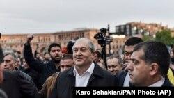 Президент Армении Армен Саркисян на площади Республики, где продолжаются протесты оппозиции. Ереан, 21 апреля 2018 года.