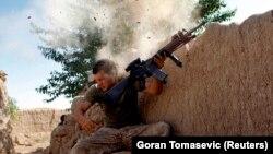 یک سرباز امریکایی حین جنگ با جنگجویان گروه طالبان. May 18, 2008