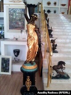 Yarıya qədər qızıl suyuna çəkilmiş bu heykəlin bir cütü 38000 manatadır.