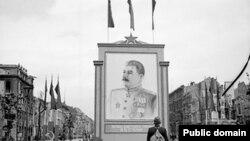 3 июня 1945 года. Портрет Сталина на улице Берлина. Такой появится и в Москве в 2010-м?