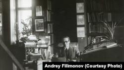 Густав Шпет в своем рабочем кабинете, Москва, Брюсов переулок