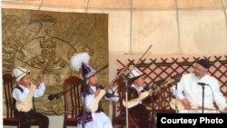 Даңазалуу ырчы жана композитор Нурак Абдыракман уулу өз шакирттери менен. 2009-жыл.