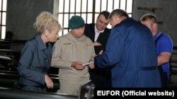 Ikanović je potvrdio da je sve isporuke naoružanja, uključujući i one za Saudijsku Arabiju, kontrolirao EUFOR (Foto: komandant Eufora general major Anton Waldner sa Ikanovićem u obilasku tvornice, juni 2017)