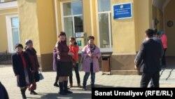 Активисты жильцов аварийного общежития в городе Аксай перед акиматом Западно-Казахстанской области. Уральск, 4 октября 2016 года.