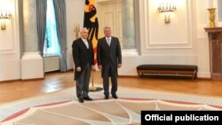Ašot Smbatian 2015. prima akreditaciju za ambasadora od tadašnjeg predsednika Nemačke Joahima Gauka