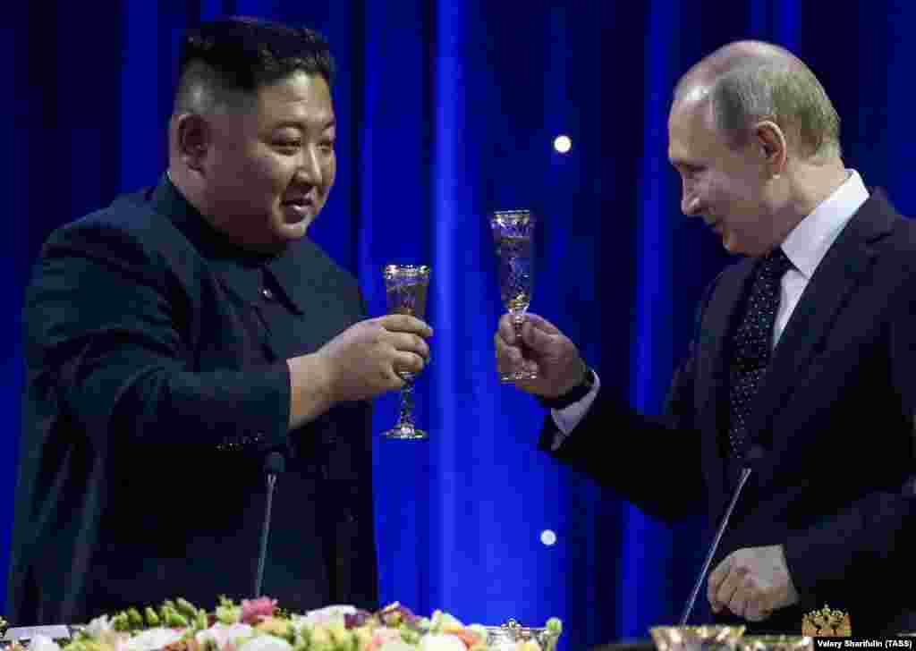 РУСИЈА - Рускиот претседател Владимир Путин и севернокорејскиот лидер Ким Џонг Ун одржаа тет а тет средба во Владивосток по што следуваа разговори на поширокоите делагации меѓу двете страни.