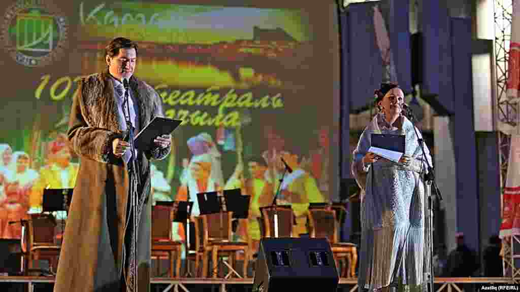 Камал театры каршында яңа сезон ачу тантанасының алып баручылары Фәнис Җиһанша (сценария авторы) һәм Илсөя Төхфәтуллина.