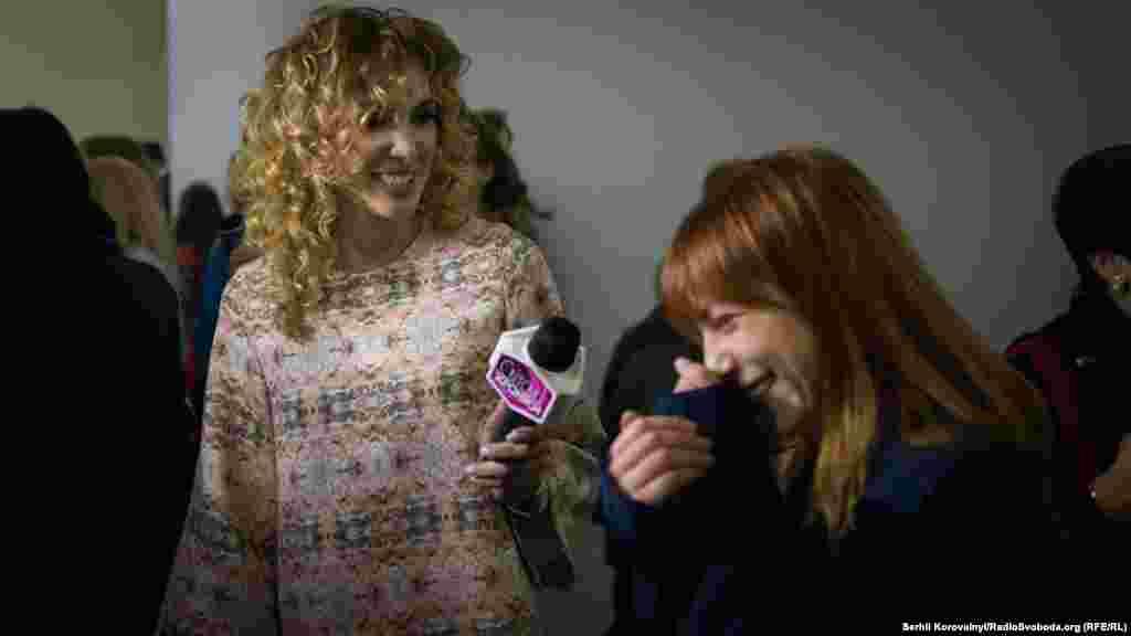 Українська співачка Світлана Тарабарова під прицілом журналістів