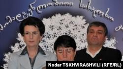 """Лидеры """"Народного собрания"""" Нона Гаприндашвили (в центре), Нино Бурджанадзе (слева) и Ираклий Батиашвили"""