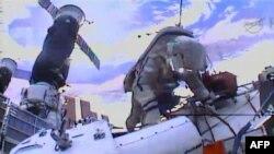 Российский космонавт Олег Котов работает на МКС