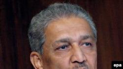 عبدالقدیر خان به علت داشتن بازار سیاه هسته ای و فروش فن آوری های تولید سلاح هسته ای به کشورهای دیگر، تحت بازداشت خانگی قرار دارد