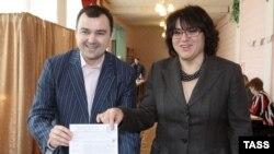 Бывший мэр Архангельска Александр Донской (слева) сделал выбор в пользу Ларисы Базановой (справа)