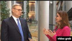 Mihail Kasianov răspunzînd întrebărilor Europei Libere la Strasbourg