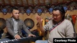 Бердибек Даулетбекулы с известным монгольским исполнителем Самадыном Жавхланом.