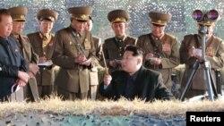 کیم جونگاون، رهبر کره شمالی به فرماندهان نظامی آن کشور حین انجام آزمایش موشکی چیزهایی میگوید