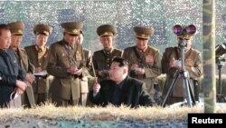 КХДР лидери Ким Чен Ун мамлакатнинг юқори лавозимли ҳарбий мулозимлари билан.