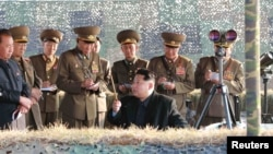 Солтүстік Корея президенті Ким Чен Ын (ортада) зымыран сынағын бақылап отыр. 3 қараша 2015 жыл.