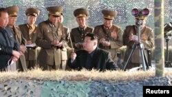 Архивска фотографија: Севернокорејскиот лидер Ким Џонг Ун набљудува воени вежби
