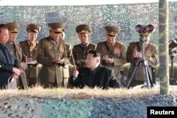 Ким Чен Ын на армейских учениях. Ноябрь 2015 года