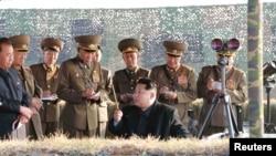 Северокорейский лидер Ким Чен Ын наблюдает за стрельбой