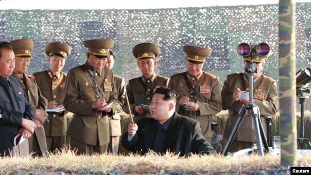 Ким Чен Ын на ракетных учениях в окружении военных