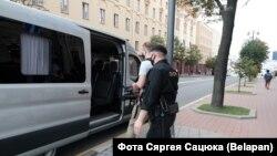 Затримання прихильника незареєстрованого кандидата Віктора Бабарика біля будівлі КДБ Білорусі в Мінську, 28 липня 2020 року