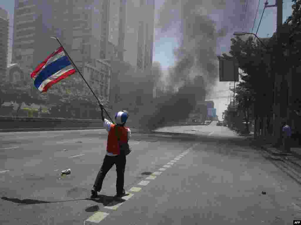 Удзельнік антыўрадавых пратэстаў на вуліцах сталіцы Тайлянду Бангкоку. Два чалавекі былі забітыя і ня менш як 18 параненыя пры сутыкненьнях дэманстрантаў зь сіламі арміі і паліцыі.