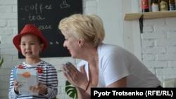 Кира Ударцева вручает подарок девочке с нефробластомой Раяне Амирхан. Алматы, 13 апреля 2018 года.