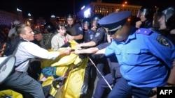 Разгон участников митинга – жителей деревни Врадиевка, возмутившихся произволом милиции