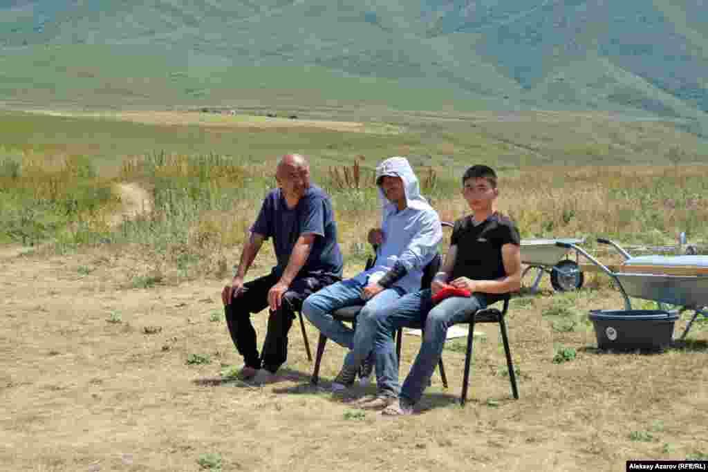 Группа археологов в минуты отдыха. Слева – бессменный руководитель раскопок на городище Арнабай Нуржанов.