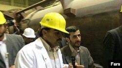 Они не только делают ракеты, но и играют в футбол. Берлин окажется в непростой ситуации, если президент Ирана Махмуд Ахмадинеджад (справа) все же решит посетить чемпионат мира