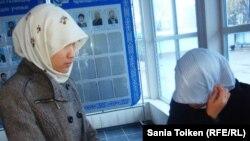 Хиджаб кигендері үшін сабаққа кіргізілмеген студенттер. Атырау, 12 қараша 2010 жыл. (Көрнекі сурет)